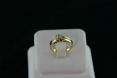 14KT Y/G Diamond Baguette 0.35ct One center Diamond 0.30ct Ring 3.7gr