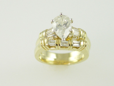 14KT Y/G Pear Shape Diamond 1.77ct H-I1- Baguette Diamonds 0.80ct Ring