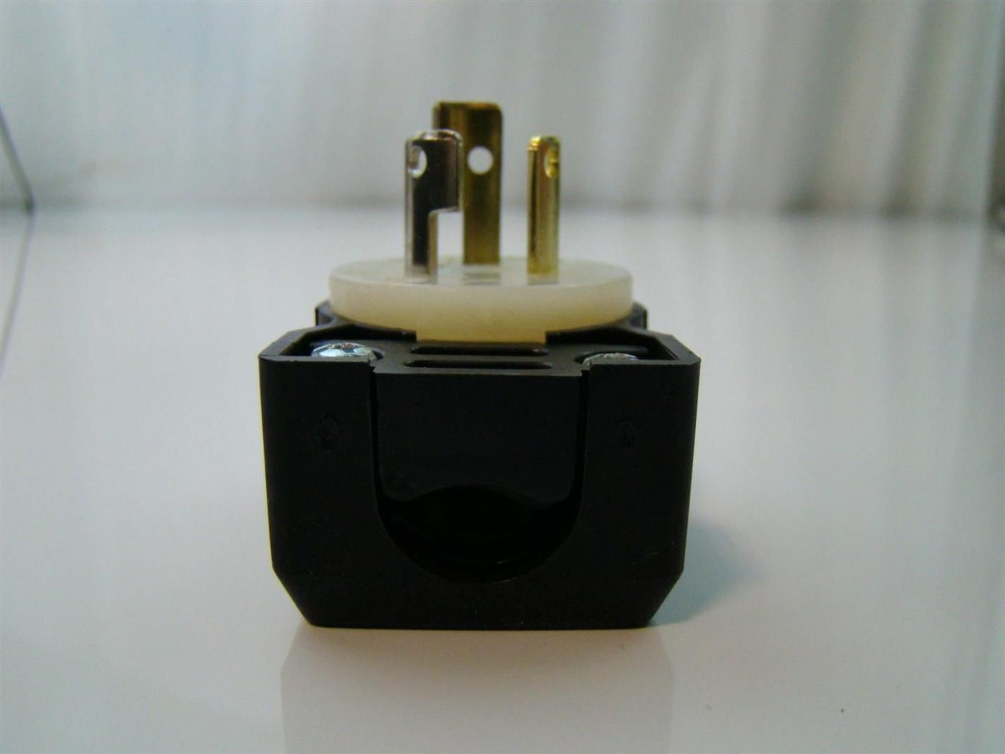 HUBBELL TWIST LOCK 15A 277VAC RECEPTACLE PLUG SOCKET WITH ROUND COVER PLATE