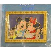 Disney Where Dreams HapPin - Mickey & Minnie in Family Picture LE