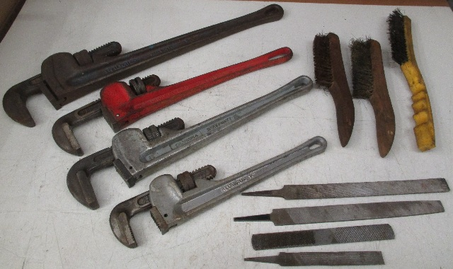 Set of 4 pipe wrenches, 3 wire brushes, 4 metal files