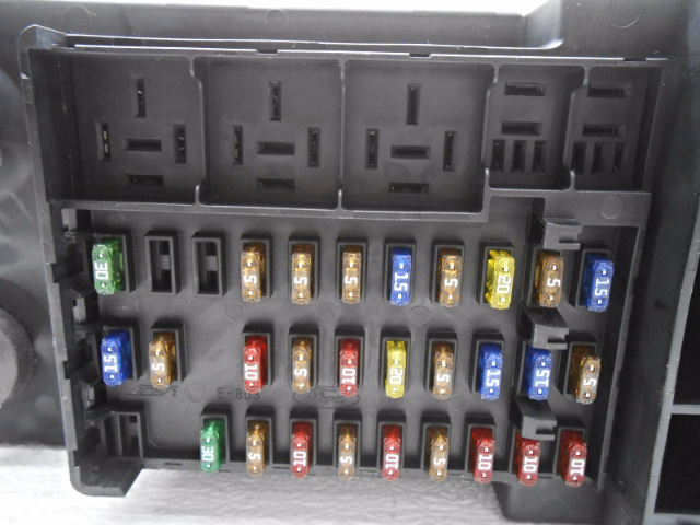 new old stock ford expedition lincoln navigator cabin fuse box less fuse holder new old stock ford expedition lincoln navigator cabin fuse box less relays