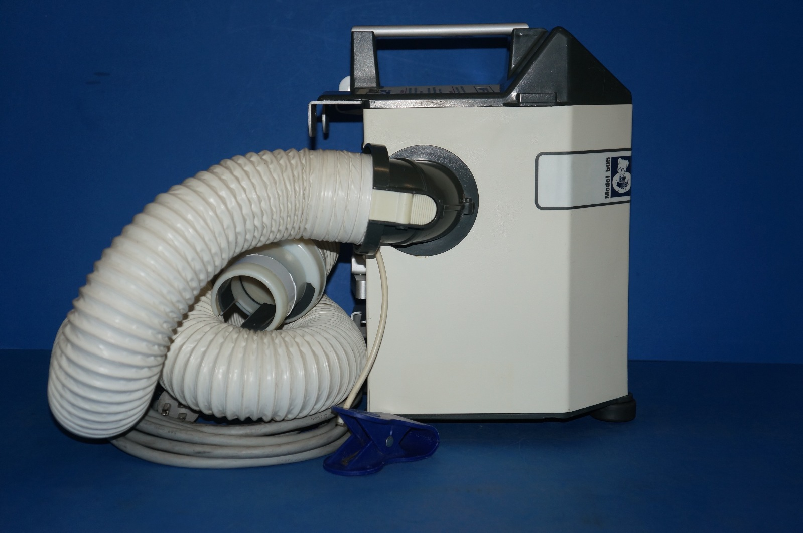 bair hugger What is a bair hugger bair hugger warming blankets, manufactured by 3m, are used to keep surgical patients warm but studies have raised concerns about the potential to transmit infection as warm air circulates from the rest of the surgical room to the surgical site.